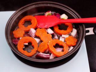 鹅蛋时蔬炒意面,平底锅重新倒入剩下的15克橄榄油,先爆香洋葱后,放入焯水的胡萝卜片。