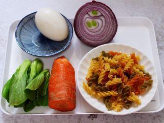 鹅蛋时蔬炒意面,首先备齐所有的食材。