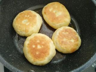 木耳包菜煎饼,煎制两面金黄即可,重复21-23步骤把饼全部煎制完成