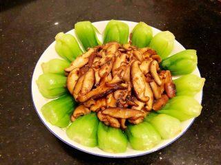 香菇油菜,12.最后倒入摆盘好的油菜里,就大功告成了。
