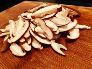 香菇油菜,3.洗净后的香菇切片备用