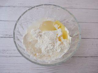 椰蓉芝麻糯米糍,把糯米粉、纯净水、白糖、玉米油放入大碗中
