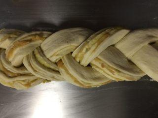 红薯吐司,中间划两刀,头的地方不要划开,像编辫子一样编好。