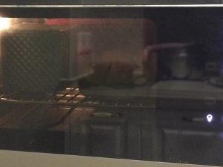 红薯吐司,烤箱165度预热5分钟,烤前喷些水,放中下层,烤约35分钟。