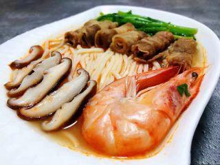 海鲜肥羊时蔬面,最后酱海虾、肥羊、茼蒿、香菇依次摆在面条上即可享受美味佳肴啦