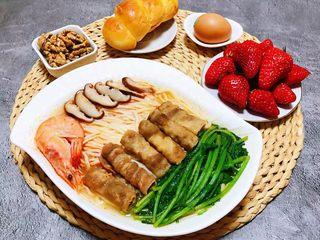 海鲜肥羊时蔬面,搭配水果、早餐包、鸡蛋、核桃就是完美的标配早餐