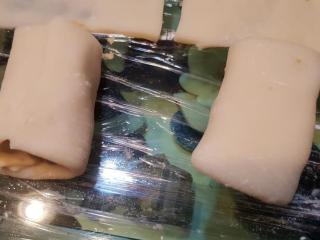 椰香芋泥千层酥QQ捲,捲起,将麻薯皮黏起。
