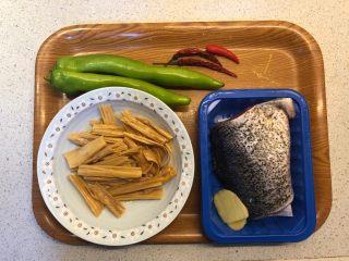 腐竹焖鱼腩,准备食材。