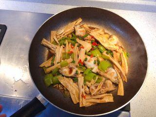 腐竹焖鱼腩,出国前撒入葱段和小红椒。