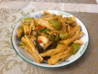 腐竹焖鱼腩,起锅装盘。
