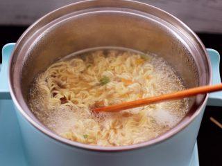 对虾红肠时蔬泡面,大火继续煮沸。