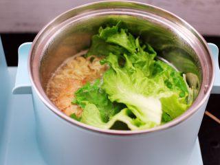 对虾红肠时蔬泡面,这个时候放入洗净的生菜。