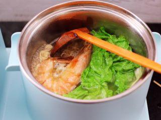 对虾红肠时蔬泡面,看见生菜断生变色的时候,即可关火。