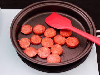 对虾红肠时蔬泡面,两面煎至呈红色即可。