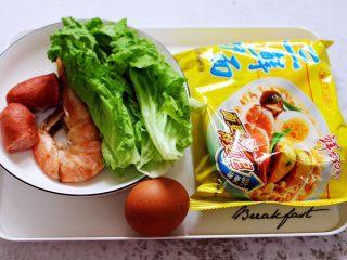 对虾红肠时蔬泡面,首先备齐所有的食材,大对虾提前洗净后煮熟备用。
