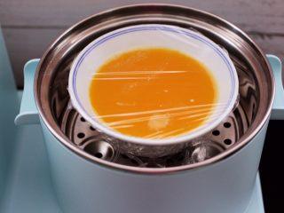 海参虾仁鸡蛋羹,把过滤好的鸡蛋液打上保鲜膜,用牙签扎几个眼。