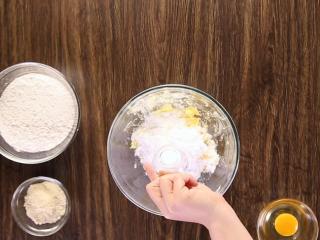 莓果塔,再加入糖粉、盐,拌匀。
