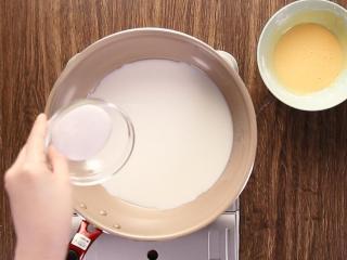 莓果塔,準备小锅,倒入牛奶及砂糖(30克),小火搅开。