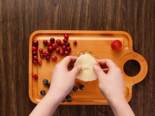莓果塔,塔皮取出后放凉,放上一层海绵蛋糕,防止塔皮软化也增加口感。