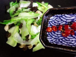 小米椒木耳百合炒儿菜,加入小米椒
