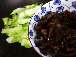 小米椒木耳百合炒儿菜,加入黑木耳