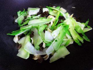 小米椒木耳百合炒儿菜,翻炒30秒