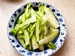 小米椒木耳百合炒儿菜,然后切成薄片