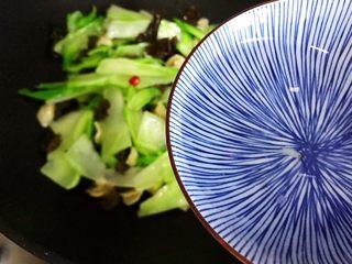小米椒木耳百合炒儿菜,加少许热开水