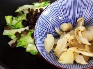 小米椒木耳百合炒儿菜,加入百合