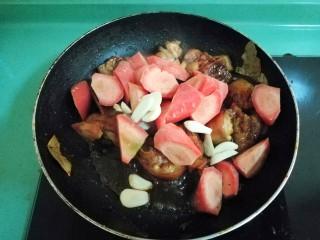 南乳焖猪蹄,加入红萝卜和蒜瓣