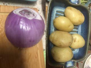 可乐饼,洋葱和土豆洗净。这次买了新鲜的土豆,看着都嫩嫩的。