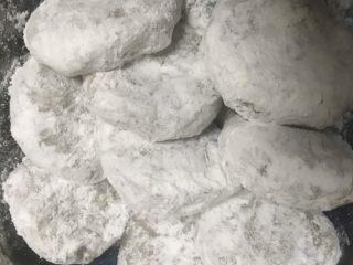 可乐饼,用手把土豆泥肉末团成圆饼状,依次裹入淀粉,鸡蛋液,面包糠。