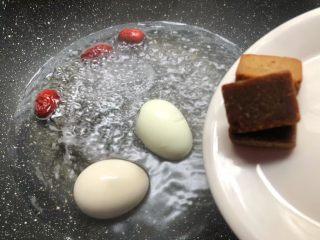 红糖酒酿鸡蛋,锅里放入一碗水烧开,把鸡蛋和红枣放入煮2分钟,加入50克的古方红糖。