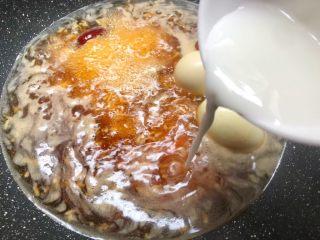 红糖酒酿鸡蛋,再加入水淀粉,一边倒一边送筷子搅拌均匀,调到自己喜欢的浓稠度。