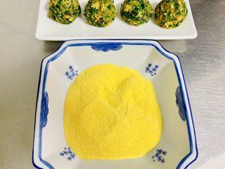玉米面菜团子,剩余的玉米面粉倒入大碗中