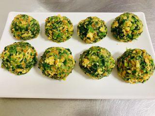 玉米面菜团子,平均分成八等份 团成 小菜球