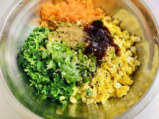 玉米面菜团子,将所有的馅料材料放入盆中调拌均匀。