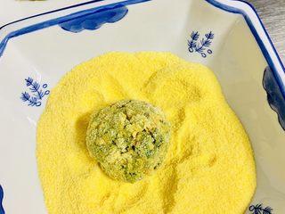 玉米面菜团子,取一个小菜球 让小菜球全部粘上玉米面粉。