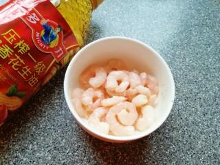 金牌虾仁面筋,再加入半汤匙多力浓香花生油搅拌均匀,锁住水分,保持虾仁鲜嫩油润,静置10分钟。