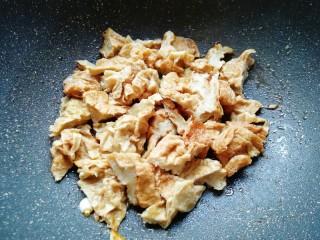 金牌虾仁面筋,下入面筋翻炒均匀。