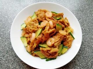 金牌虾仁面筋,下入黄瓜片,利用余热快速翻炒均匀出锅装盘。