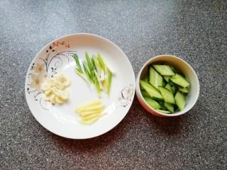 金牌虾仁面筋,大蒜切成片,葱姜切成丝,黄瓜切成片。
