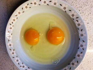 香椿炒鸡蛋,碗中打两个鸡蛋。(根据香椿的量,可以加多一个)