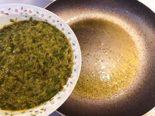 香椿炒鸡蛋,热锅烧油,倒入香椿鸡蛋液。