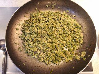 香椿炒鸡蛋,炒干后关火起锅。