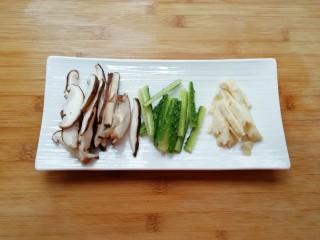 金牌官烧目鱼,冬菇、黄瓜和冬笋分别切成长条,泡发好的木耳撕成片备用。