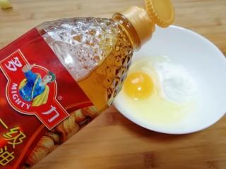 金牌官烧目鱼,调脆炸糊,把鸡蛋和淀粉和成稠糊,加盐和多力浓香花生油搅拌均匀,多力浓香花生油在这里的调入,起到了融合丝滑,增加口感的关键作用。