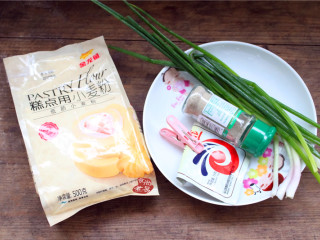 香煎葱花卷,  备好食材,没有椒盐粉可以用普通的食盐代替,椒盐粉就有一股香味,而食盐只有咸味。