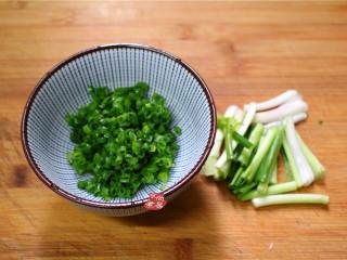 香煎葱花卷,面团发酵的时候,接下来准备葱油,小葱洗净,葱梗和葱叶分别切好,葱梗用来爆香油的,可以切段,葱叶包在花卷里的尽量切碎。