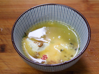 香煎葱花卷,碗里盛起20克干面粉,加点海苔碎、虾仁碎和椒盐粉,再将热油淋在上面。